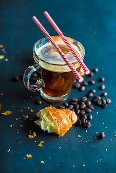 Tasse kaffee mit croissanton