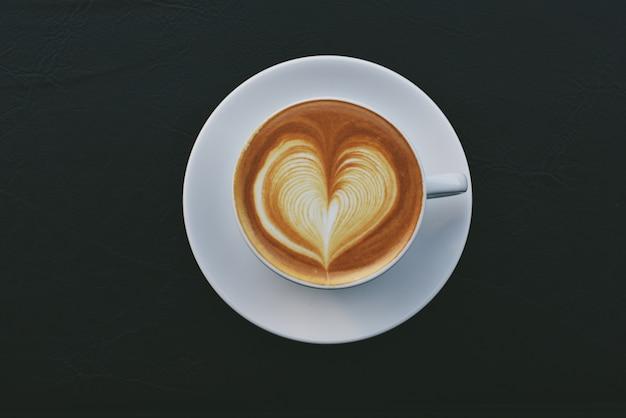 Tasse kaffee mit einem gezeichneten herzen