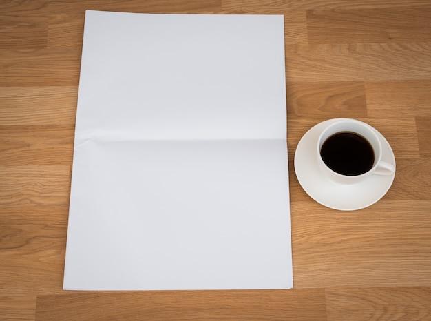 Tasse kaffee mit einem papier