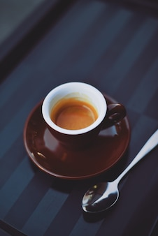 Tasse kaffee mit einem teelöffel