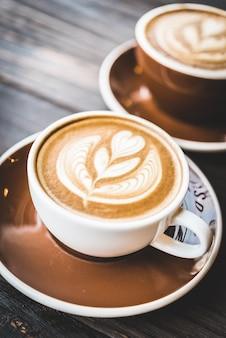 Tasse kaffee mit einer schaumblume