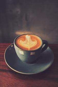 Tasse kaffee mit einer zeichnung im schaum