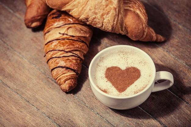Tasse kaffee mit französischen croissants