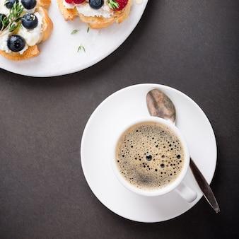 Tasse kaffee mit fruchtsandwichen