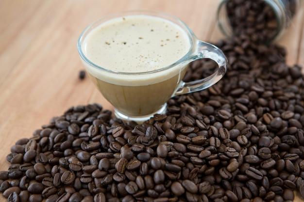 Tasse kaffee mit gerösteten kaffeebohnen