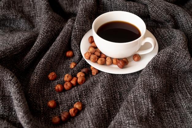 Tasse kaffee mit haselnüssen