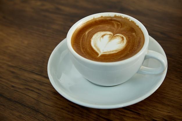 Tasse kaffee mit herzmuster