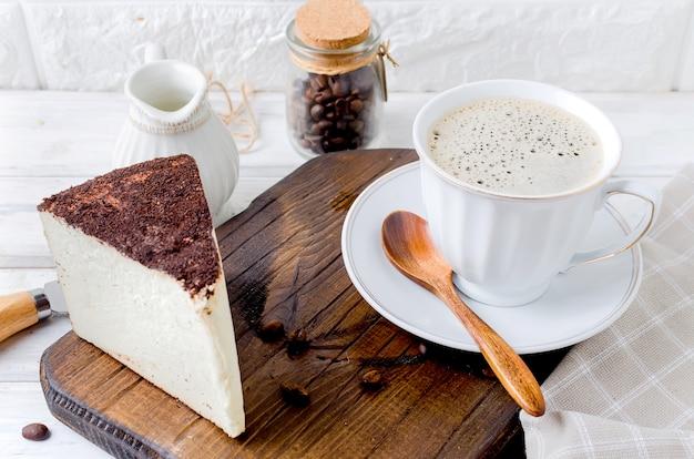 Tasse kaffee mit käsekuchen