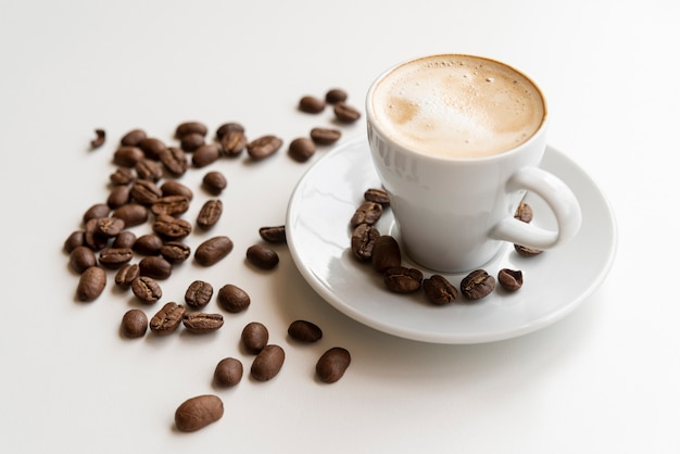 Tasse kaffee mit kaffeebohnen