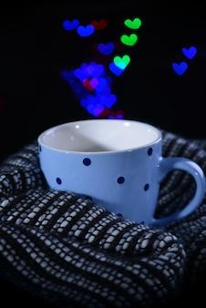 Tasse kaffee mit karo auf dunklem hintergrund