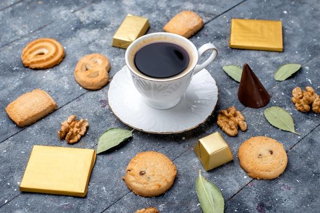 Tasse kaffee mit keksen walnüssen auf grau, keks keks zucker süß