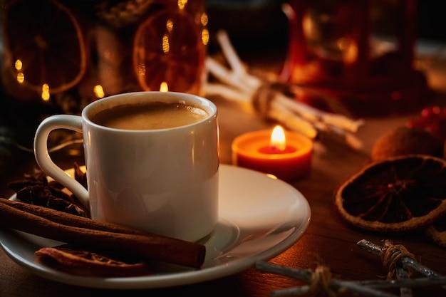 Tasse kaffee mit kerze