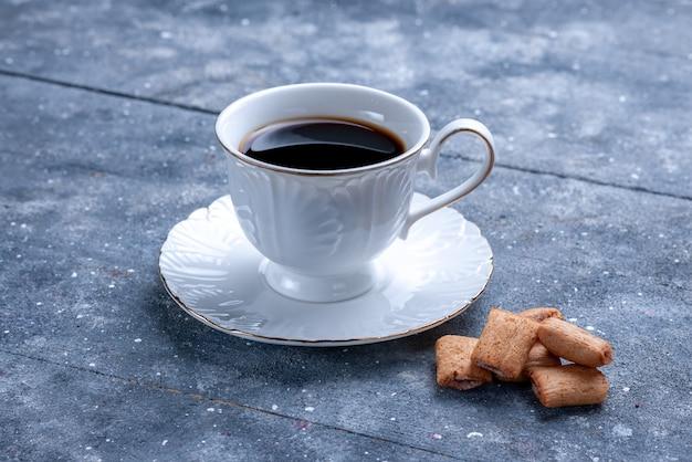 Tasse kaffee mit kissen geformte kekse auf hellem schreibtisch, kaffeekekskeks süßer teig