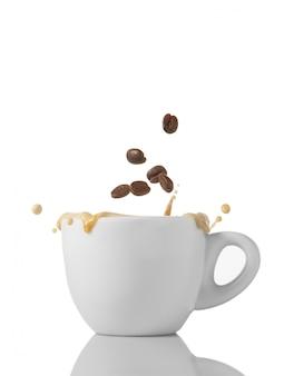 Tasse kaffee mit körnern und spritzer auf weiß