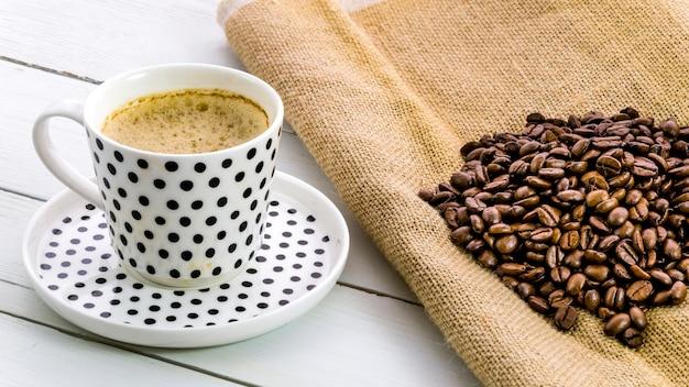 Tasse kaffee mit körnern