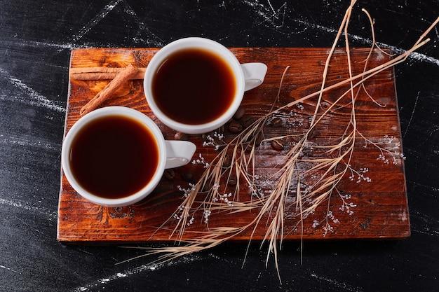 Tasse kaffee mit kräutern und gewürzen