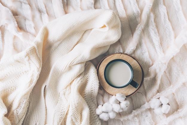 Tasse kaffee mit kuscheliger decke im skandinavischen stil