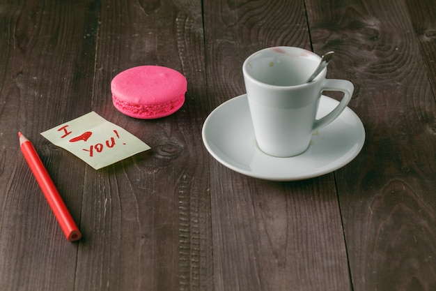 Tasse kaffee mit lippenstiftmarkierung und notiz