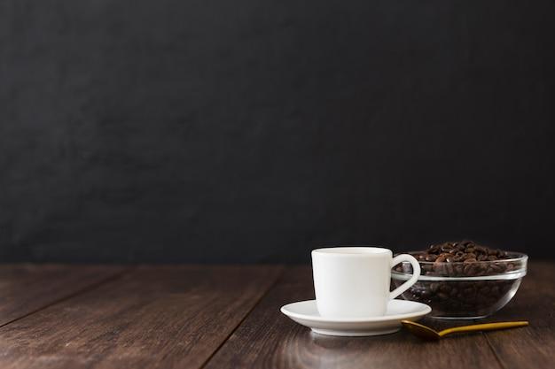 Tasse kaffee mit löffel- und exemplarplatz