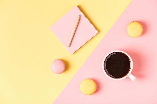 Tasse kaffee mit makronen draufsicht