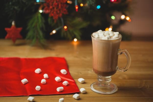 Tasse kaffee mit marshmallow auf holztisch