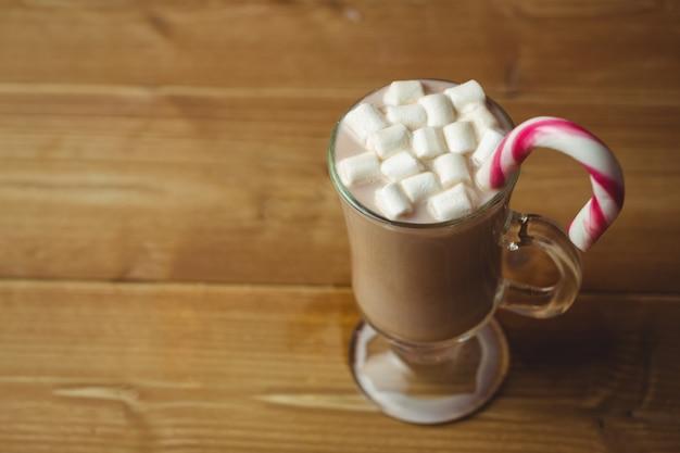 Tasse kaffee mit marshmallow und zuckerstange