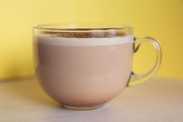 Tasse kaffee mit milch bestreut mit schokoladenstückchen und schaum energie fröhlichkeit am morgen
