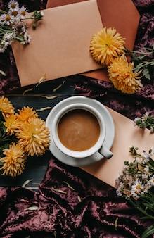 Tasse kaffee mit milch. herbst-konzept. stillleben bild