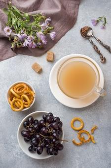 Tasse kaffee mit milch und crackern auf der grauen tabelle.