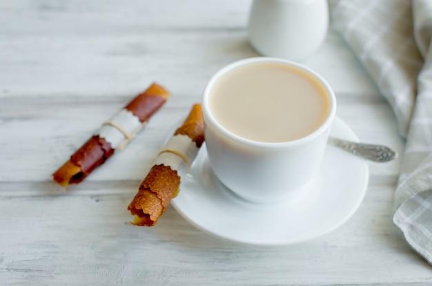 Tasse kaffee mit milch zum frühstück