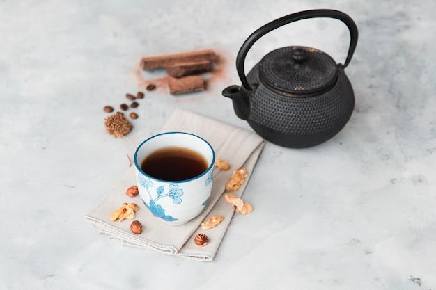 Tasse kaffee mit nüssen