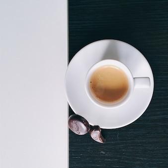 Tasse kaffee mit praline