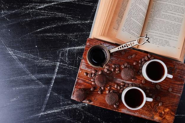 Tasse kaffee mit pralinen herum.