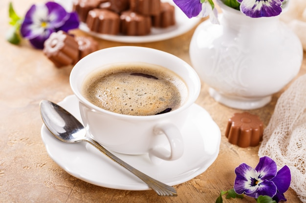 Tasse kaffee mit pralinen