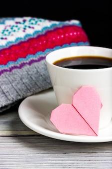 Tasse kaffee mit romantischer note in form des rosa herzens