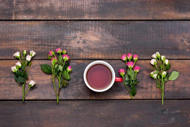 Tasse kaffee mit rosen