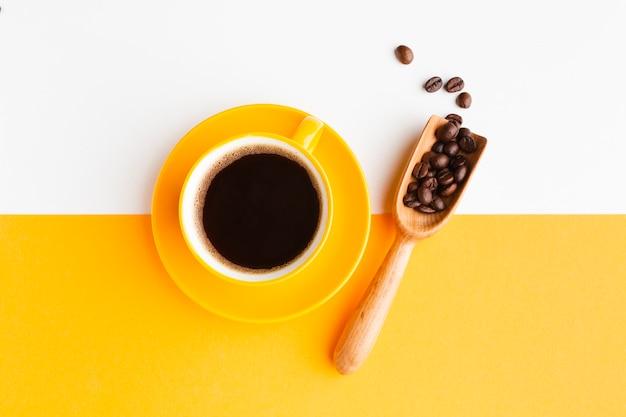 Tasse kaffee mit schaufel auf dem tisch