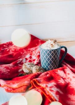 Tasse kaffee mit schlagsahne auf tabelle