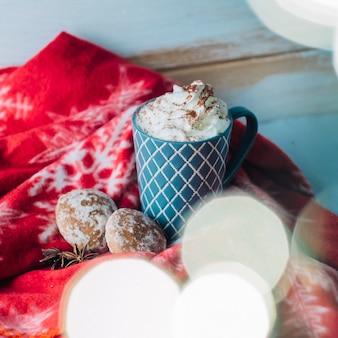 Tasse kaffee mit schlagsahne und lebkuchen