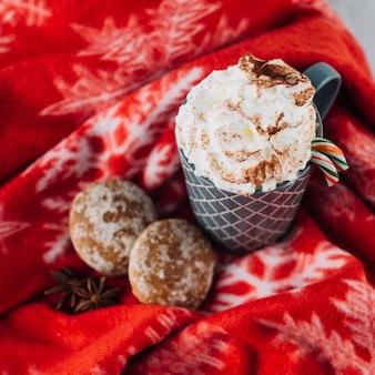 Tasse kaffee mit schlagsahne
