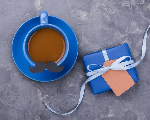 Tasse kaffee mit schnurrbart vatertag