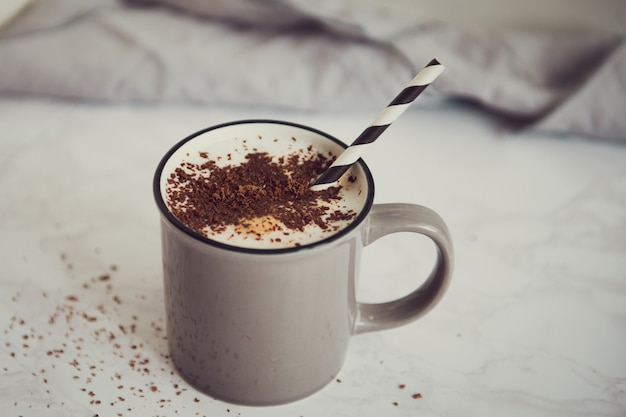 Tasse kaffee mit schwarzer schokolade und stroh