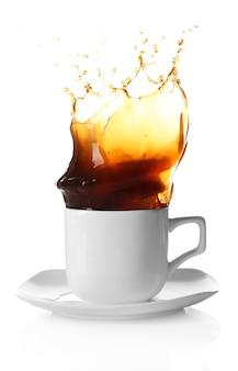 Tasse kaffee mit spritzern, isoliert auf weiß