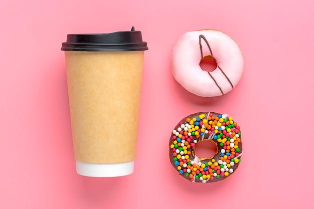 Tasse kaffee mit verschiedenen donuts isoliert