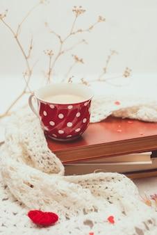 Tasse kaffee mit warmem gestricktem schal