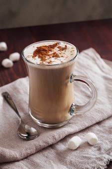 Tasse kaffee mit zimt und eibisch