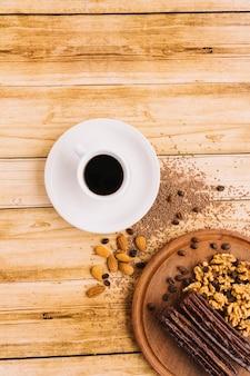 Tasse kaffee nahe nüssen auf schneidebrett
