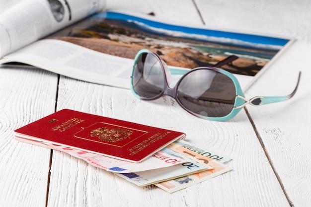 Tasse kaffee, pässe und bordkarten ohne namen. reisekonzept