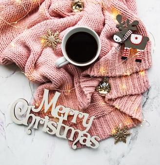 Tasse kaffee, pullover und girlande