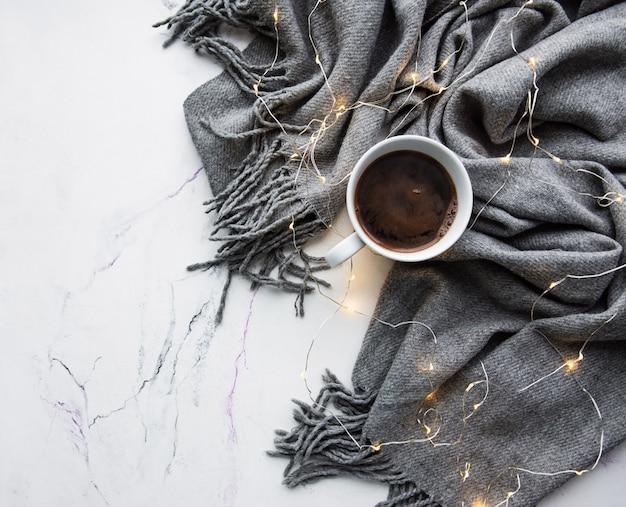 Tasse kaffee, schal und girlande - flach liegen